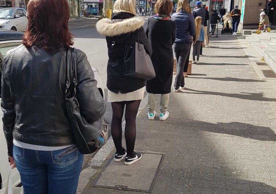 Warteschlange Menschen Einkaufen